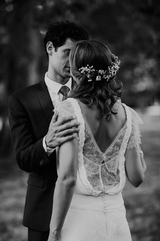 mariage a la campagne en robe de mariée, dos nu