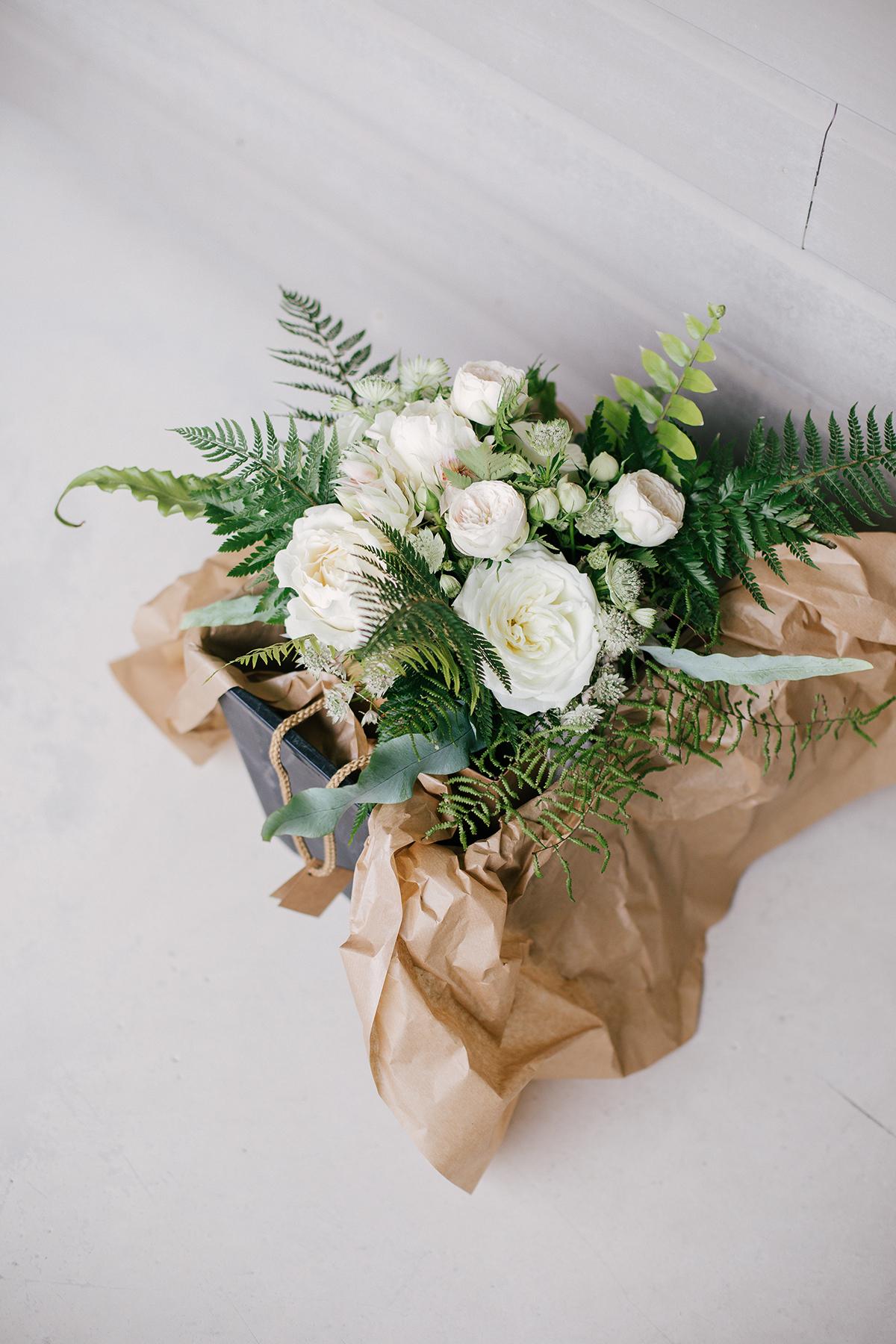 fleurs blanches dans papier craft
