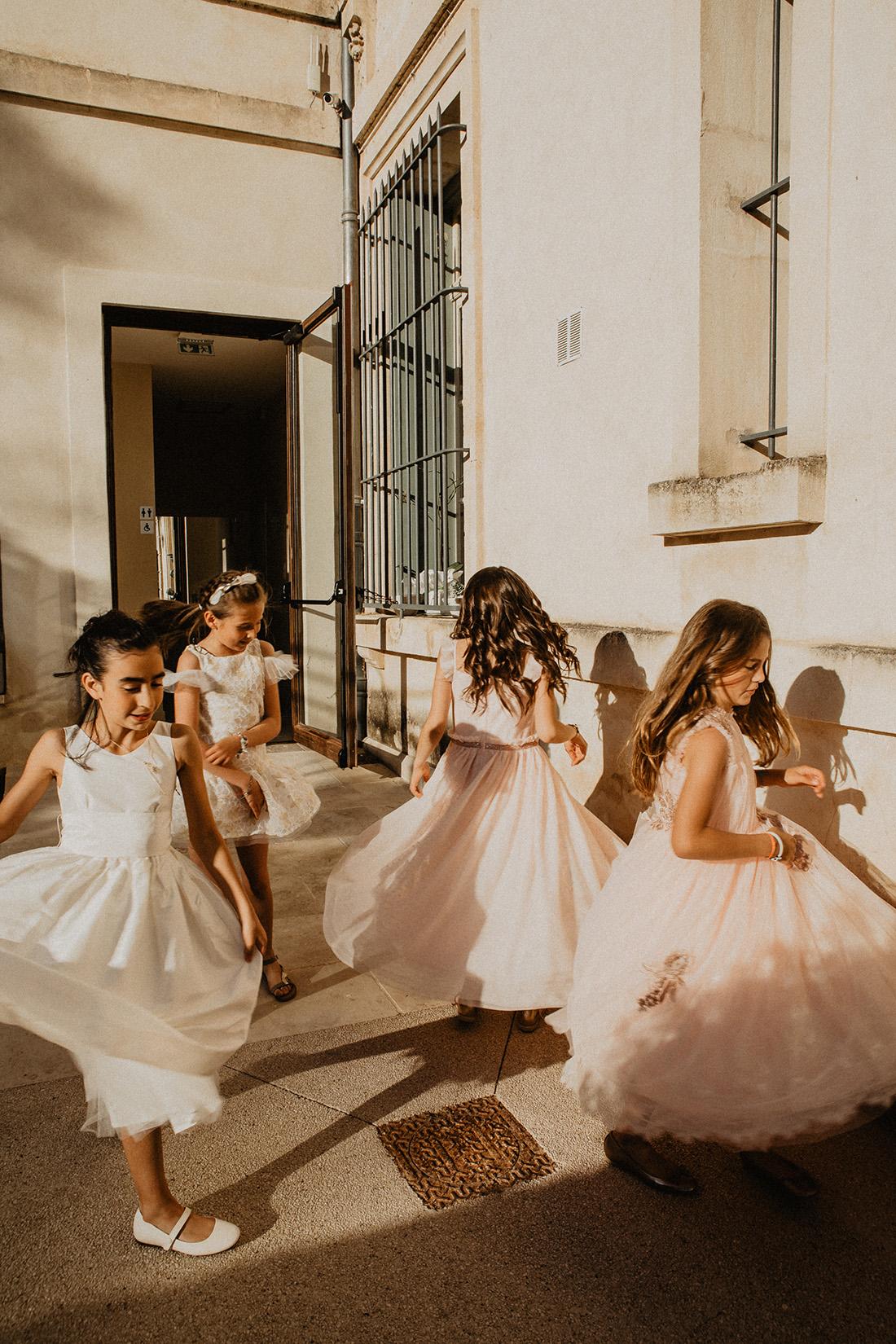 des filles d'honneur dansent
