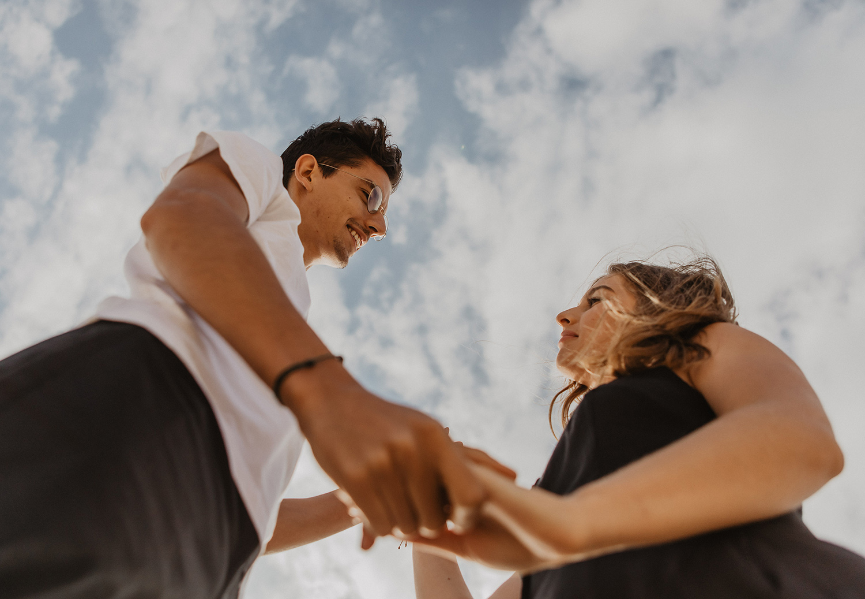 seance de photos de couple amoureux sur plage des landes